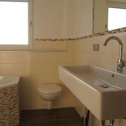 Ein altes Bad mit Waschbecken