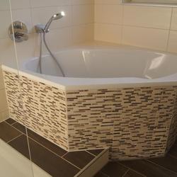 Moderne Badewanne mit Mosaikfliesen